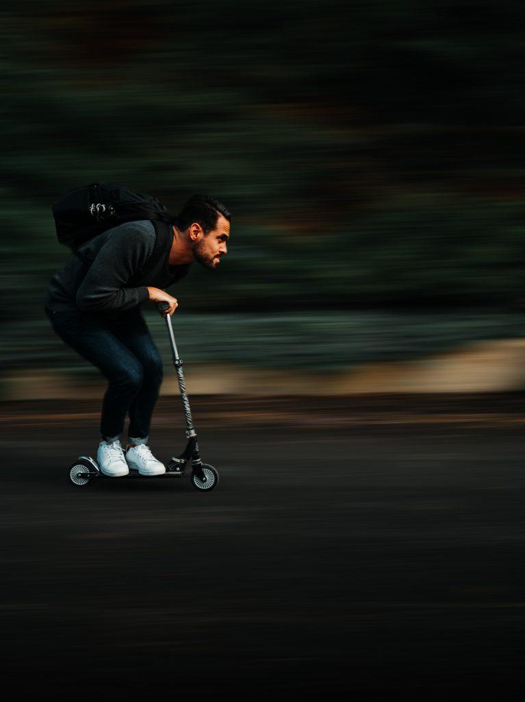 De wielen op een step voor volwassenen zijn al klein genoeg: met harde wielen is snelheid maken makkelijker.