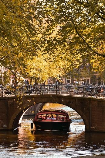 Prachtig natuurlijk al die bruggetjes in Amsterdam, maar het maakt steppen wel een uitdaging