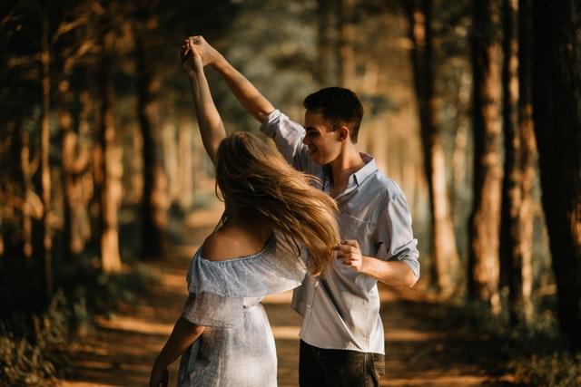 Sporten met zijn tweeën door te dansen