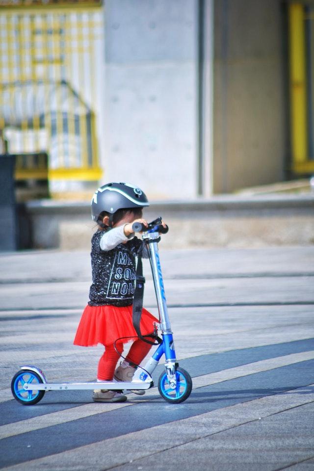 Het stuur van de step mag niet te hoog zijn voor je kind, zoals op deze foto