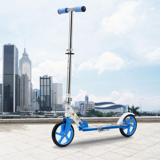 Mooie blauwe kinderstep met extra grote wielen