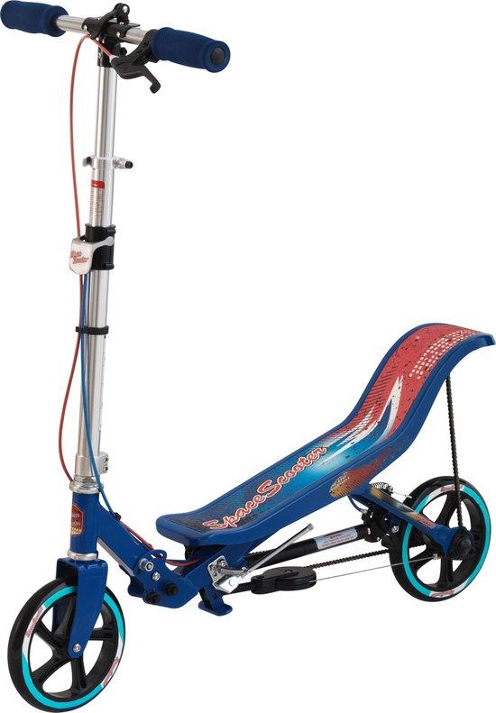 een blauwe spacescooter