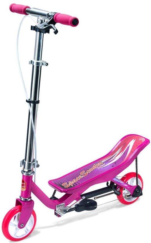 een roze spacescooter